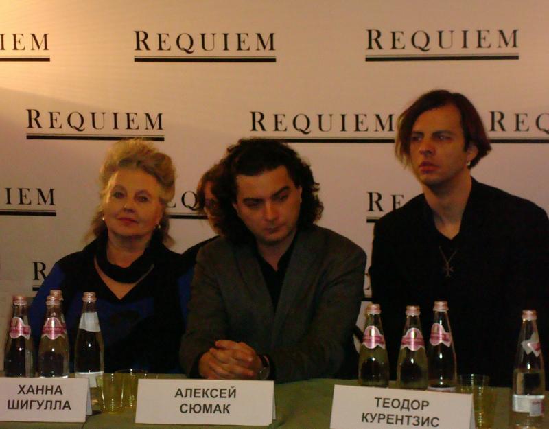 Auf dem Foto: Pressekonferenz, v.l.n.r.: Hanna Schygulla, Komponist Alexej Sjumak, Dirigent Theodor Currentzis