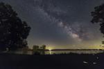 Следы светлячков и летний Млечный Путь