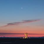 Луна, Меркурий и радиотелескопы в сумерках