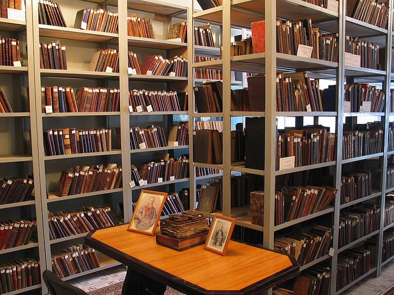 Именно здесь и возникает основа для возникновения сохраняющих во времени библиотек, которые и формируются в рамках этого огромного объединения во всех его ключевых центрах: в церквах со священными и литургическими книгами, в епископском соборе в виде собрания юридической литературы, а собственно - ученая литература в монастырях.